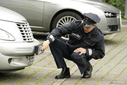 Fahrerflucht Polizei begutachtet Schaden